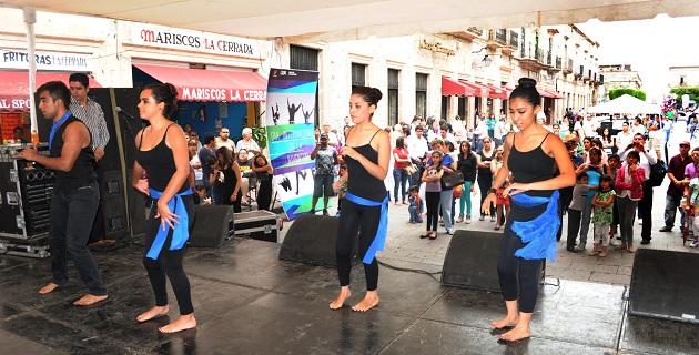 Desde las 14:00 horas, el centro de la ciudad se llenó de jóvenes, que entusiastas presenciaron las actividades culturales como exhibición de algunos talleres que se imparten en el IJUM