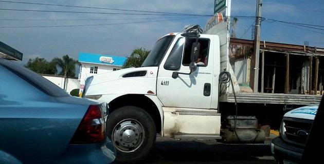 Este camión materialista tiene las placas NL-52139, fue detectado por ATIEMPO.MX cuando conducía imprudentemente por el poniente de la ciudad