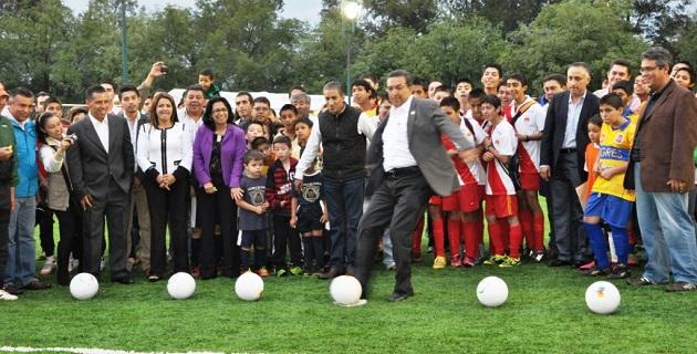 """En el mismo evento, el Ayuntamiento de Morelia entregó la nueva iluminación de toda la Unidad Deportiva """"Morelos-Indeco"""""""