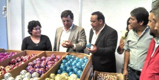 Al término de la ceremonia inaugural, Reyna García recorrió, previo corte de listón, el espacio donde 100 artesanos ofertan los productos navideños elaborados por las manos mágicas de hombres y mujeres del lugar