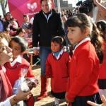 Con una inversión superior a los 60 mil pesos, Oribio de Lázaro entregó paquetes de juegos infantiles a jardines de niños y escuelas primarias en los sitios mencionados