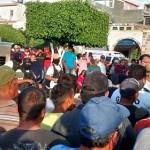Hasta ayer por la tarde, el presidente municipal decía no tener conocimiento de gente armada en su municipio y en la Plaza Principal que se encuentra frente a la Presidencia Municipal