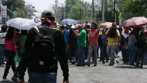 Esta mañana, los normalistas secuestraron camiones repartidores de algunas empresas para atravesarlos por poco más de una hora en la Calzada La Huerta (FOTO: 90 GRADOS).