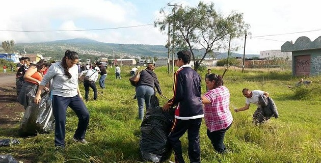 El secretario de Desarrollo Social del municipio, Carlos Hernández López, así como el titular del Sector Independencia, Humberto Lemus, repartieron bolsas a los habitantes y supervisaron los trabajos de limpieza en la zona