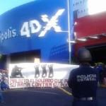 Según los normalistas, de esa forma se solidarizan con la Normal de Ayotzinapa, Guerrero, y demandan el regreso con vida de 43 estudiantes desaparecidos en Iguala desde hace más de un mes (FOTO: FERNANDO ARREDONDO)