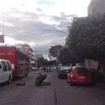 """Comerciantes y colonos """"Rubén Jaramillo"""", que dirige Eduardo López Tapia, bloquean el tránsito vehicular sobre la Avenida Lázaro Cárdenas, frente a la delegación de la dependencia federal (FOTO: FRANCISCO ALBERTO SOTOMAYOR)."""