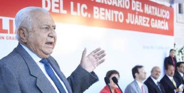 El ex gobernador nació en el municipio de San Lucas en 1936; estudio Ciencias Políticas en la UNAM y era hermano de Ausencio Chávez, quien también fue gobernador del estado