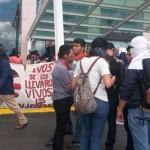 Tras la jornada vandálica del pasado martes, los normalistas comenzaron sus acciones entorpeciendo la operación del Aeropuerto Internacional de Morelia (FOTO: ALTORRE.COM.MX)