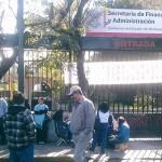 Miembros del SITCOBAEM han bloqueado los dos accesos a la Secretaría de Finanzas, mientras que integrantes de la CNTE se manifiestan frente a Palacio Municipal