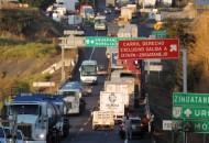 Los manifestantes atravesaron vehículos en la carretera libre Morelia-Uruapan, a la altura de la comunidad de La Cofradía, así como en la autopista Siglo XXI en la desviación a dicho municipio