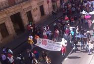 Los manifestantes demandan la aparición de 43 estudiantes desaparecidos hace dos meses en Iguala, Guerrero, así como el pago de becas pendientes por parte del Gobierno de Michoacán