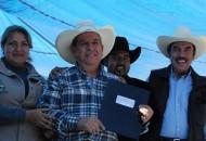 Rodríguez López, hizo entrega de cartas de autorización de los apoyos a los representantes de productores mezcaleros de los municipios de Queréndaro, Tzitzio, Morelia y Madero, entre otros