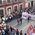 La Avenida Madero se encuentra sumamente conflictuada, pues frente a Palacio de Gobierno se mantiene el plantón de Antorcha Campesina y frente a Palacio Legislativo se han plantado los docentes (FOTO: EXENI MORELIA)