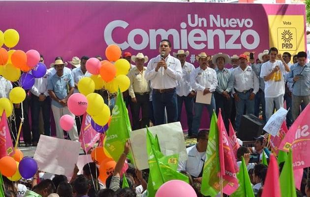 A su llegada a la región de Valle Morelia - Queréndaro, Aureoles Conejo fue recibido por dos contingentes de campesinos que lo acompañaron hacia la plaza principal donde develó un busto del General Emiliano Zapata