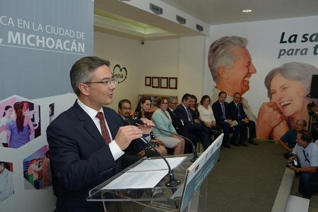 El gobernador del estado, Salvador Jara Guerrero y el alcalde, Salvador Abud Mirabent, acompañados de sus esposas y los directivos de la empresa, cortaron el listón inaugural de este nuevo centro médico