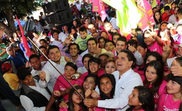 Súper-selfie de Silvano Aureoles en su gira por Lagunillas.