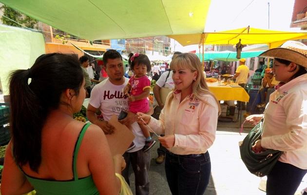 Lupita Herrera en el tianguis de El Realito.