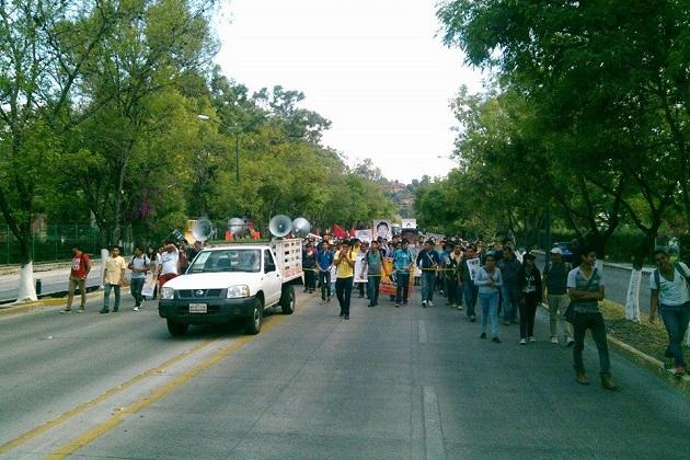 Los supuestos estudiantes protestan por el caso Ayotzinapa y exigen la cancelación de 48 procesos penales en contra de sus compañeros que quemaron autobuses en Tiripetío