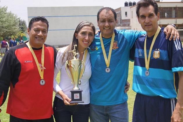 Rubí Rangel fue parte de la entrega de las medallas de los ganadores y se tomó fotos con sus compañeros que reforzaron su apoyo al proyecto que encabeza la contador público de profesión