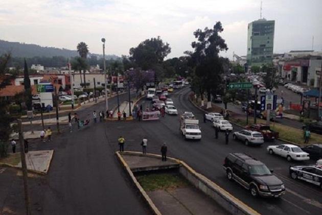 El grupo de personas bloquea dos carriles en sentido Poniente-Oriente en Avenida Camelinas en su cruce con la calle Ampliación Rotarismo o Baltazar Echeve