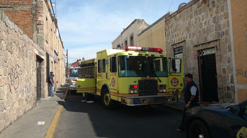 El cuerpo de bomberos acudió a este caso emergencia, donde tras la coordinación con elementos de la Policía Federal, así como de Cruz Roja Mexicana, no hubo mayor novedad en el inmueble (FOTO: FRANCISCO ALBERTO SOTOMAYOR)