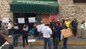 Comerciantes del Mercado de Dulces se manifestaron este martes en los alrededores del lugar (FOTO: MARIO REBO)