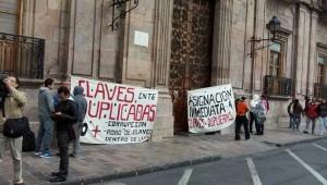 Hasta el momento los manifestantes no obstruyen el tránsito vehicular (FOTO: MARIO REBO)