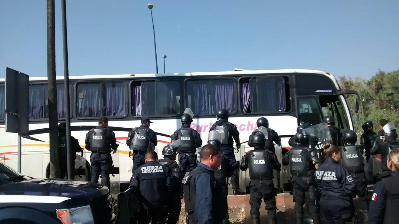 Elementos del Grupo de Operaciones Especiales conminaron a los vándalos a bajar de las unidades secuestradas y estos accedieron de inmediato, sin oponer resistencia (FOTO: ABUNDIO MOLINERO)