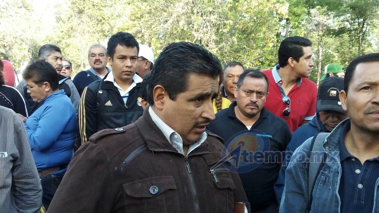 Víctor Manuel Zavala fue entrevistado en el marco de la manifestación que integrantes de la Sección XVIII de la CNTE realizan frente a la Secretaría de Finanzas y Administración de Michoacán (FOTO: MARIO REBO)