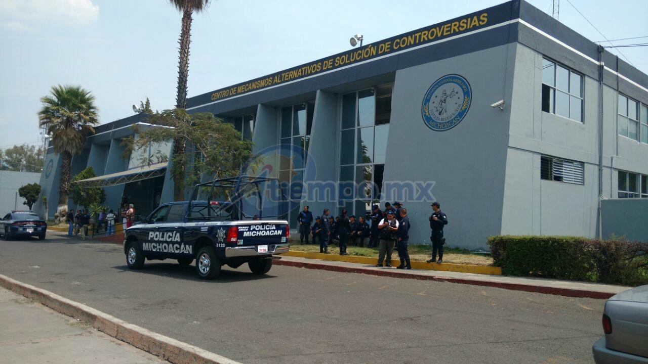 Fuerte presencia de elementos de la Policía Michoacán de la SSP, así como de la Policía Ministerial, de la PGJE; las personas detenidas han sido trasladadas para rendir su declaración en torno a los hechos (FOTO: FRANCISCO ALBERTO SOTOMAYOR)