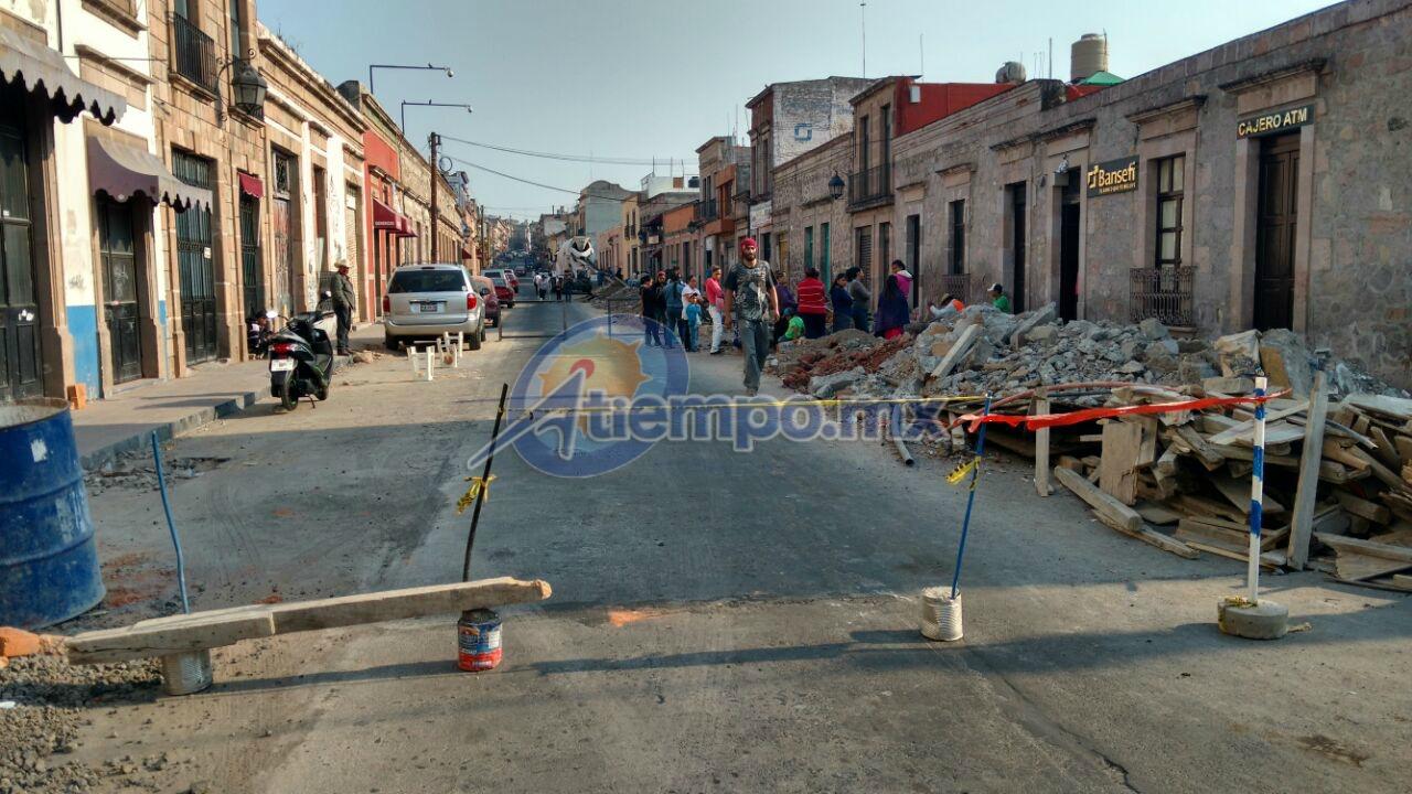 En Abasolo se realizan trabajos para la sustitución de banquetas, mientras que en las calles aledañas al Congreso del Estado el OOAPAS realiza reparación de fugas (FOTO: FRANCISCO ALBERTO SOTOMAYOR)