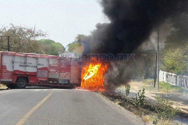 En respuesta a un operativo de las fuerzas del orden, grupos delictivos de la región incendiaron 3 vehículos de carga y bloquearon tramos carreteros en los municipios de Gabriel Zamora y Aguililla (FOTO: FRANCISCO ALBERTO SOTOMAYOR)