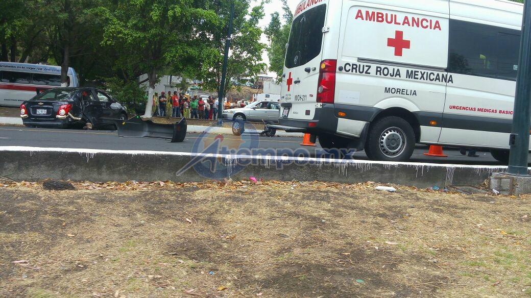 Al mismo tiempo se reporta el atropellamiento de dos menores en la colonia Las Flores; elementos de la Coordinación de Protección Civil y Bomberos Municipales van hacia allá (FOTO: FRANCISCO ALBERTO SOTOMAYOR)