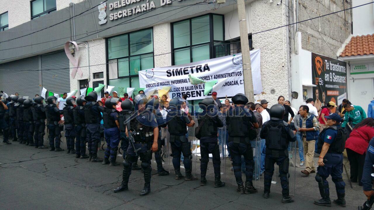 La manifestación en el inmueble y la acera continuó, pero ya quedó libre la vialidad (FOTOS: FRANCISCO ALBERTO SOTOMAYOR)