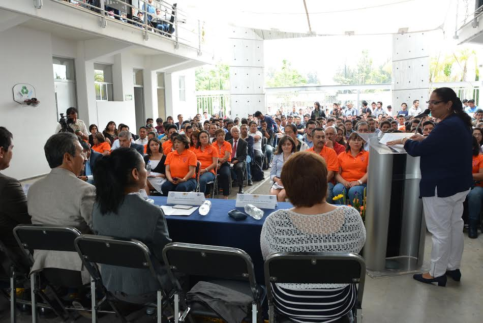 Durante el acto central del 51 Aniversario de la Facultad de Ingeniería Eléctrica, Serna González afirmó que hoy los ingenieros tienen el reto de innovar, para producir energía limpia