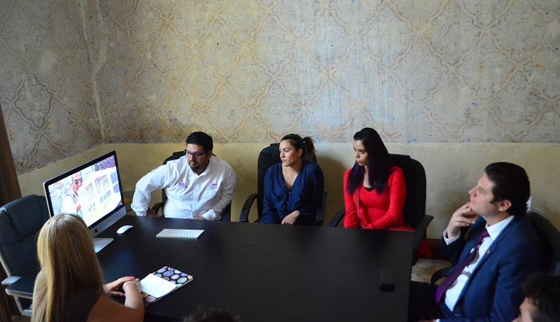La secretaria de Turismo mostró al presidente municipal, Alfonso Martínez, parte del material promocional que se estará entregando en este tianguis y que pretende cerrar diversas citas de negocios