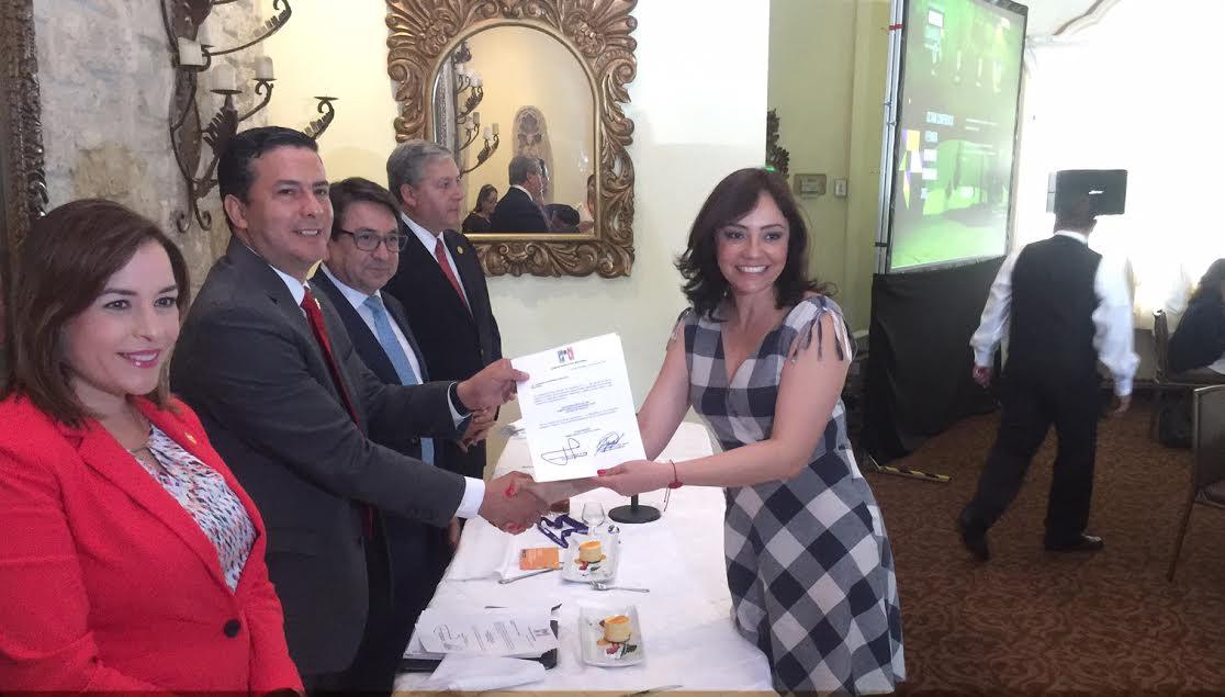 Adriana Hernández agradeció al presidente Manlio Fabio Beltrones Rivera y a la secretaria general, Carolina Monroy, por la distinción