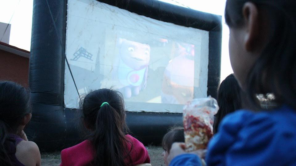 Estas actividades iniciaron la tarde de ayer con una función de cine móvil y palomitas para los niños y niñas de Ciudad Jardín