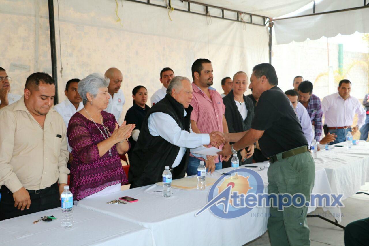Baltazar Gaona también entregó un reconocimiento al comandante de la corporación, Roberto Calderón, por sus 32 años ininterrumpidos de servicio activo