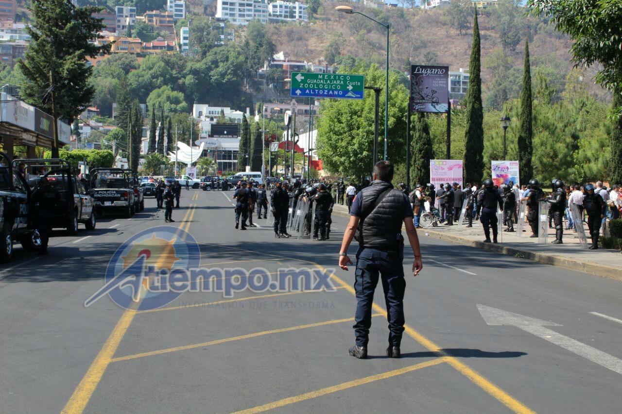 Por horas, unos 300 manifestantes, entre docentes y normalistas, han entorpecido el tránsito vehicular en la Calzada Ventura Puente y la Avenida Camelinas (FOTO: MARIO REBO)