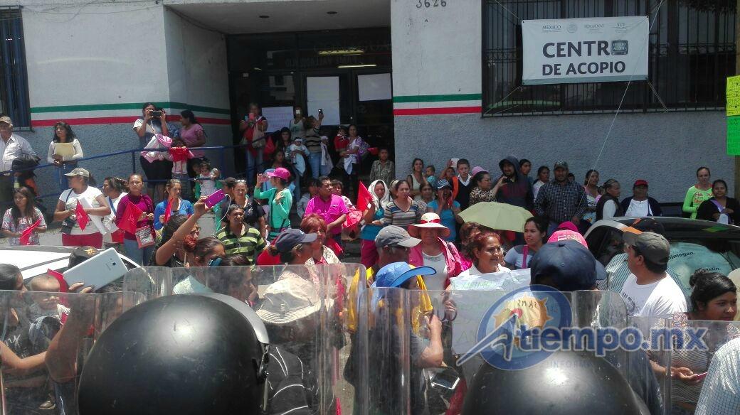 Los civiles fueron replegados a las banquetas de la Gerencia Estatal de la Conagua (FOTO: FRANCISCO ALBERTO SOTOMAYOR)