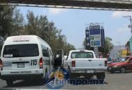 Testigos oculares aseguran que el chofer de la combi se pasó el semáforo en rojo (FOTO: MARIO REBO)
