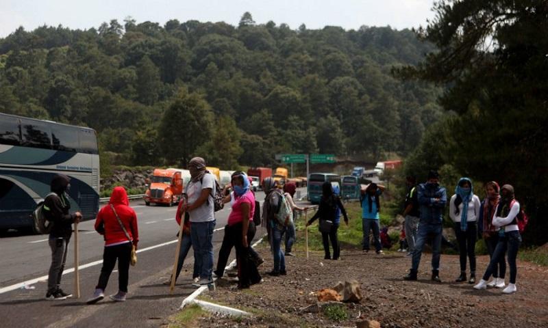 Mientras eso ocurre en Zirahuén, en Uruapan la CNTE ha bloqueado el acceso a la ciudad por la entrada de las instalaciones de Pemex (FOTO: ARCHIVO)