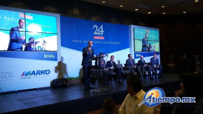 Al encuentro, realizado en el Centro de Convenciones, participaron representantes de los sectores económicos, políticos y sociales de Michoacán, así como tres ex gobernadores de Michoacán (FOTO: ALEJANDRA ORTEGA)