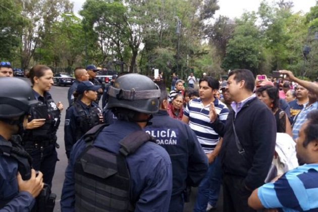 Al lugar arribaron elementos del GOES de la SSP, quienes conminaron a los manifestantes a mantener libre la vialidad