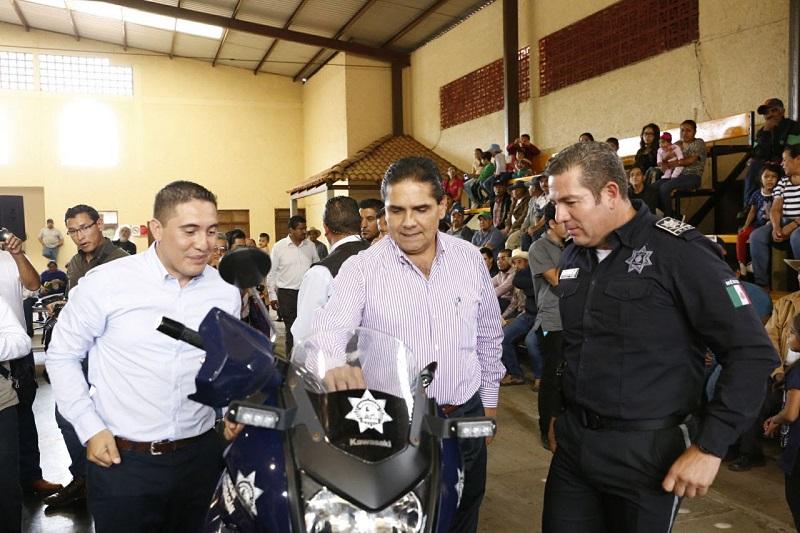 Aureoles Conejo entregó diversos apoyos sociales en el municipio de Tingüindín