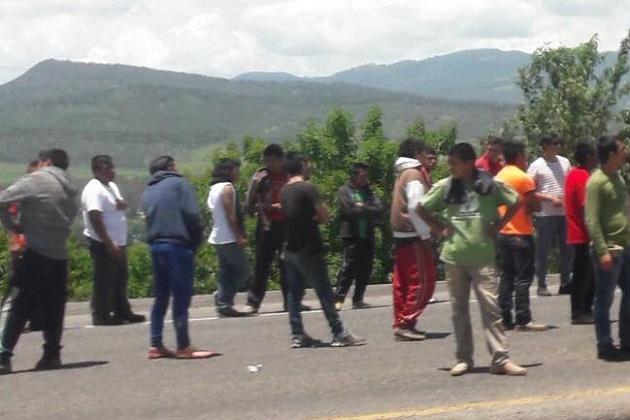 Impunemente, la Sección XVIII de la CNTE y normalistas siguen asolando diversas carreteras de Michoacán