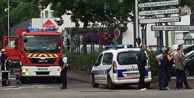 La radiodifusora pública francesa France Info indicó a su vez que los dos hombres asaltaron el templo cuando el sacerdote oficiaba misa e iban armados con cuchillos