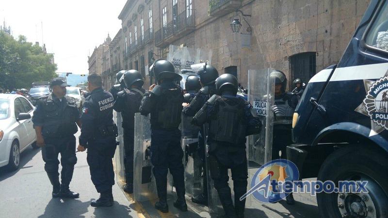 Bastó la simple presencia de elementos de la SSP de Michoacán para que los inconformes huyeran del lugar y se atrincheraran en Palacio Municipal (FOTOS: FRANCISCO ALBERTO SOTOMAYOR)