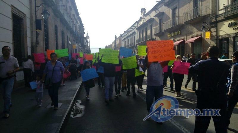 Los manifestantes portan pancartas para denunciar abusos de los directivos de penales en el estado (FOTO: FRANCISCO ALBERTO SOTOMAYOR)